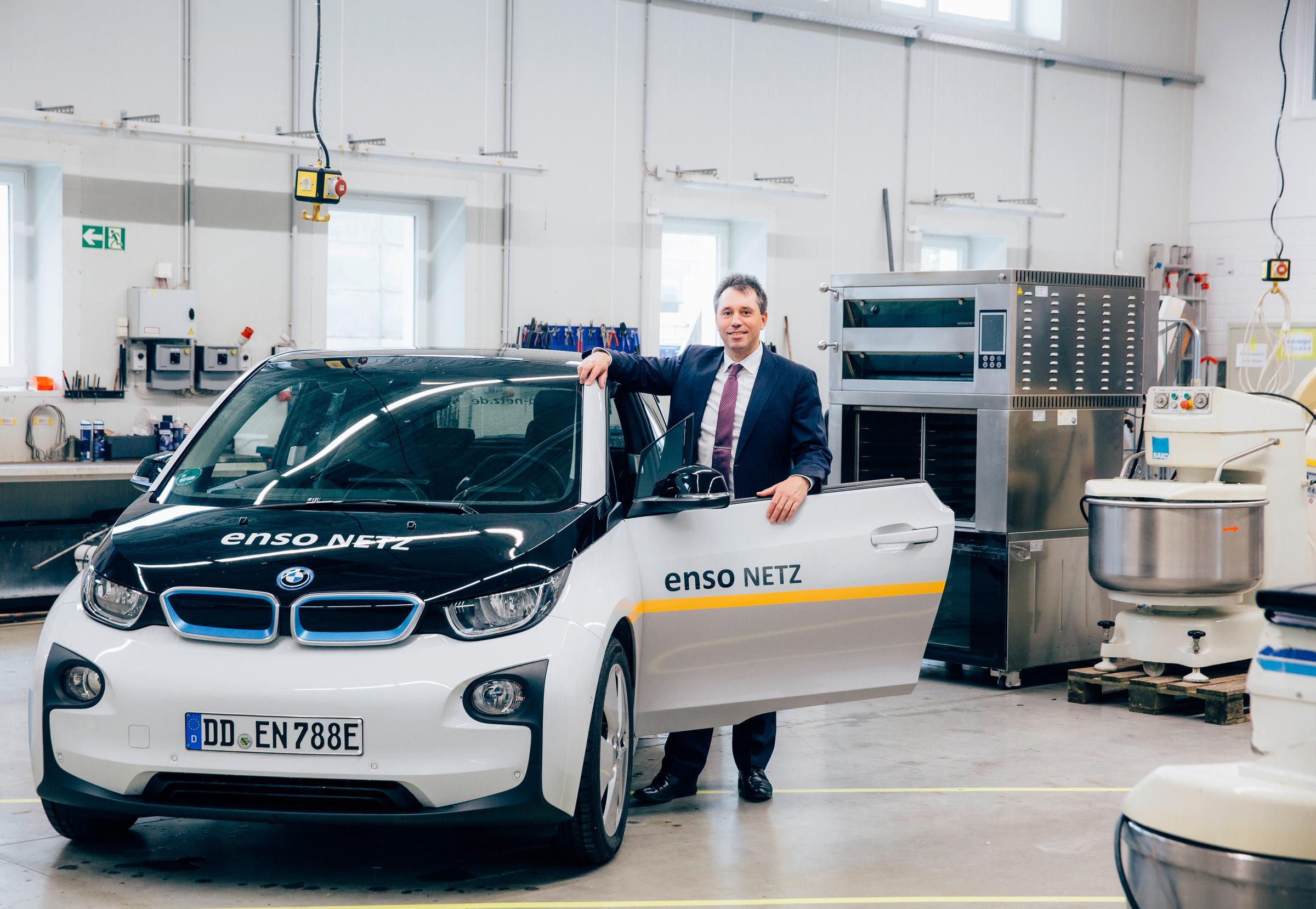 ENSO übergibt Elektro-Auto an BÄKO