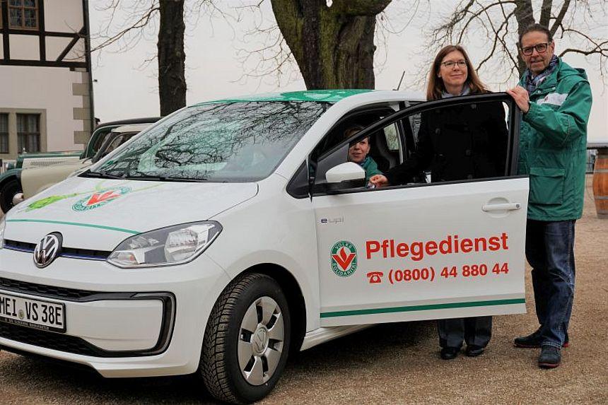 3 Menschen um neues E-Auto der Volkssolidarität Elbtalkreis Meißen
