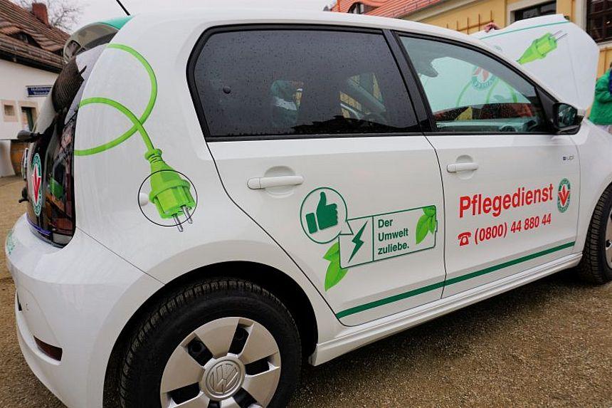Seitenansicht neues E-Auto der Volkssolidarität Elbtalkreis Meißen